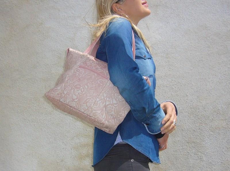 Look de femme en jean et sac rose